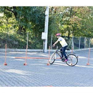 Slalom z ograniczeniem - rowerowy tor przeszkód