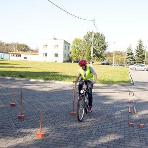 Przewożenie przedmiotu na uwięzi - rowerowy tor przeszkód